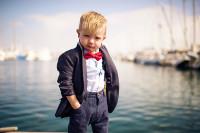 ילד בבגדי יזם, על רקע נמל
