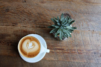 כוס קפה על השולחן
